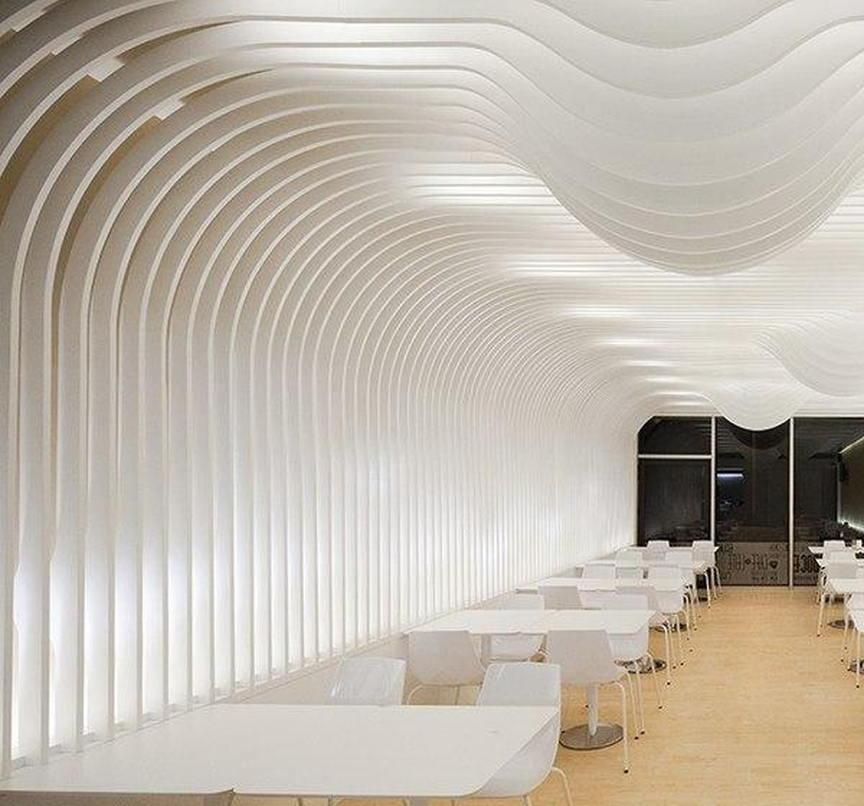 Thi công vách ngăn thạch cao với đường nét uốn lượn, tạo nên vẻ đẹp độc đáo cho không gian nhà hàng, quán xá